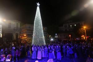 Με μια λαμπρή γιορτή φωταγωγήθηκε το Χριστουγεννιάτικο Δέντρο στην Καστοριά