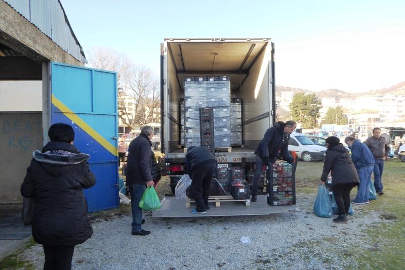 ΔΗΝΑΚ: 1080 δικαιούχοι παραλαμβάνουν τρόφιμα κι άλλα είδη βασικής ανάγκης