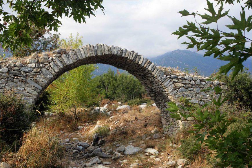 Ένα από τα πιο όμορφα βουνά προκαλεί τους επισκέπτες του να υποκλιθούν στο μεγαλείο της Φύσης